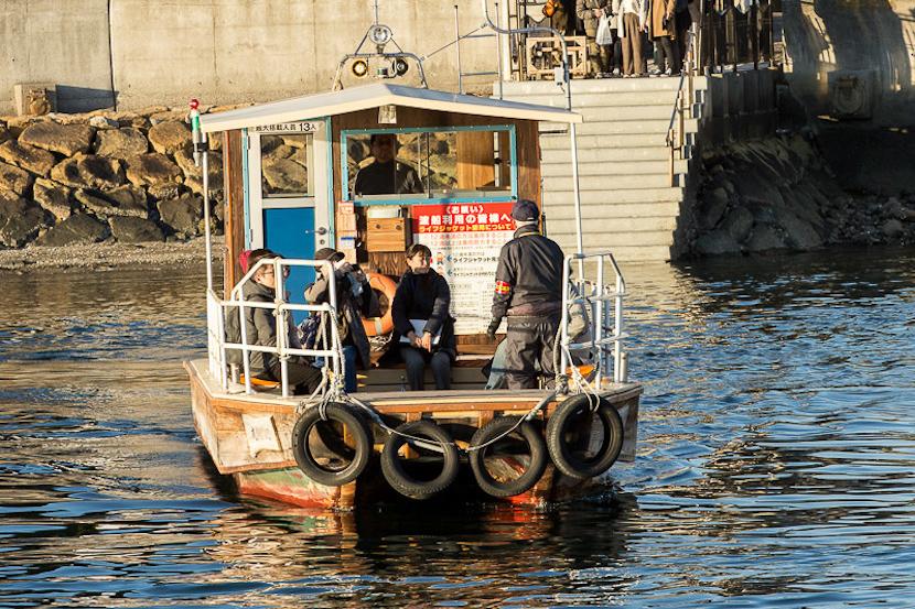 今も市民が利用する「三津の渡し」に乗船